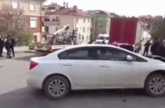 trafik kazası yapan oğlunu sopayla kovaladı ( +18 )