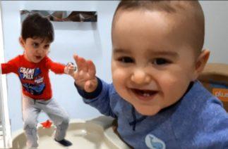 Yusuf Emir Bebek çok komik gülüyor. Efe kardeşi Yusuf Emirle oynamayı çok seviyor.