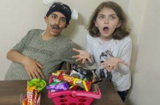 Marketçi Amca Ceren Ablaya Zorla Meyveler Şekerler Sattı. Komik Çocuk Videosu.