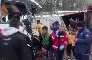 Sarıkamış'ta Trafik Kazası Sonrası Can Pazarı: 20 Yaralı