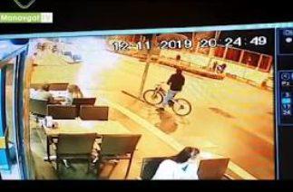 Trafik kazası yapan araçlar bisiklet sürücüsünü altına aldı