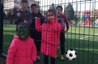 Zeynep'i Küçük Diye Abileri Top Sahasına Almadılar Komik Maske Takınca Hemen Aldılar