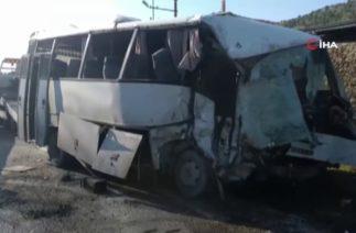 İzmir Bergama'da Trafik Kazası; İşçi Servisi Kamyon ile Çarpıştı