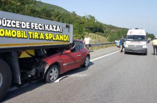Düzce TEM'de Trafik Kazası, Otomobil TIR'a Saplandı