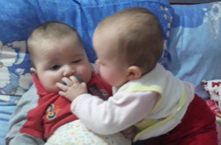 ikiz bebeklerin emzik kavgasi savasi komik bebek videosu