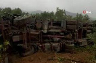 İznik'te Trafik Kazası, Şişe Yüklü Tır Zeytin Bahçesine Devrildi