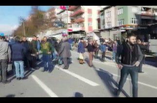 ELMATEPE'DE TRAFİK KAZASI, VATANDAŞ YOLU KAPATMAYA ÇALIŞTI…