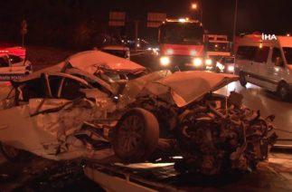 İstanbul'da Trafik Kazası, Otomobil Durakta Bekleyen Otobüse Çarptı