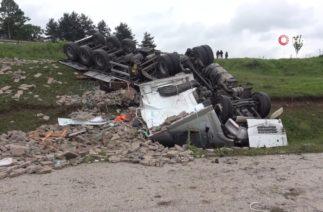 Bolu'da Trafik Kazası, Kontrolden Çıkan Tır Şarampole Yuvarlandı