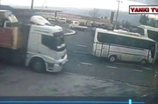Turgutlu'da trafik kazası 12 yaralı, kaza anı güvenlik kamerasında
