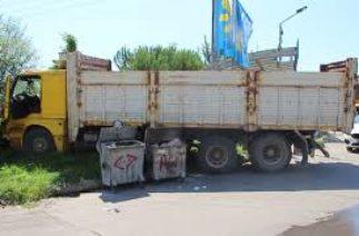 Freni boşalan kamyonun altında kalan genç feci şekilde can verdi