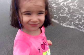 Elif, Zeynep ve Ece'ye Kuzenleri Komik Şaka Yaptı. Zeynep Şakayı Sevmedi Denize Gitti. Funny Kids