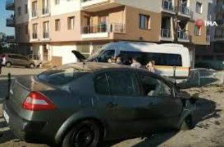 Kaza yapan araçlar savrularak yayalara çarptı