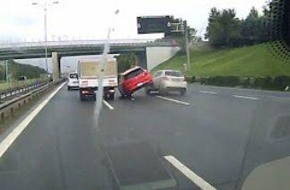 Önce otomobil sonra bariyere çarptı; Kaza anı araç kamerasına böyle yansıdı