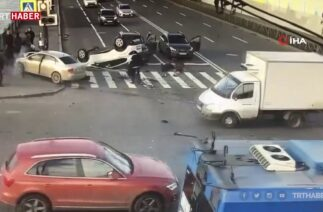 Rusya'da kameralara yansıyan kazada 12 kişi yaralandı.