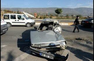 Tokat'ta traktöre çarpan otomobilin sürücüsü ile babası yaralandı