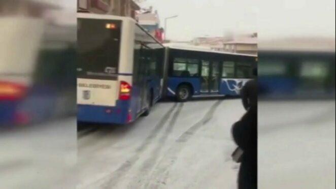 Ankara'da Kar Yağışının Ardından Yaşanan Trafik Kazaları Sürücülerin Zor Anları 2