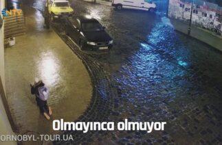 NTV | Buz tutmuş yolda yayaların çabaları komik görüntüler ortaya çıkardı
