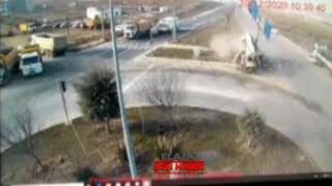 Elazığ'da Kamyon İle Otomobilin Feci Kaza Anı Mobese Kameralarına Yansıdı