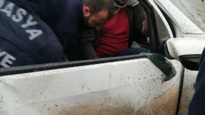 Amasya'da trafik kazası… Araçta sıkışanları itfaiye kurtardı.