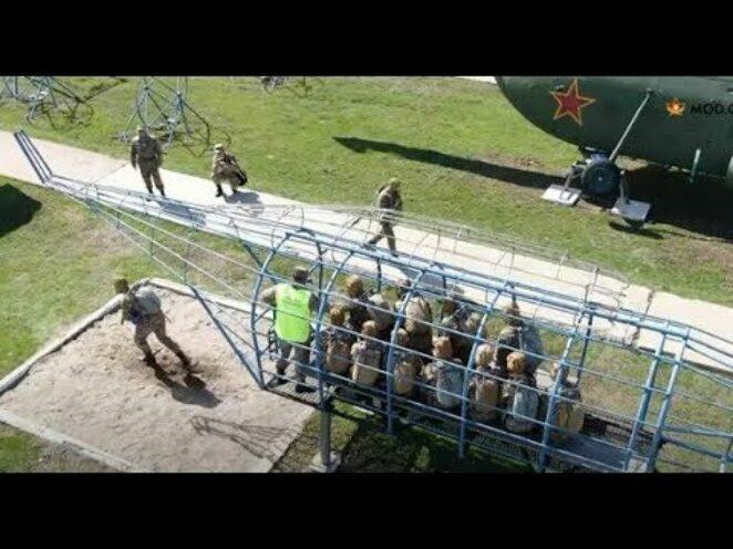 Kazakistan Ordusu'nda paraşütçü eğitimi